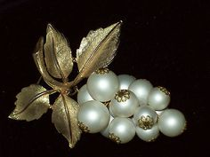 DELIGHTFUL VINTAGE JEWELLERY GOLD PEARL BUNCH OF GRAPES BROOCH/SHAWL PIN. SOLD.