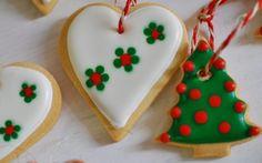 Si eres anfitriona de una fiesta de Navidad puedes recurrir a las clásicas galletas decoradas. Ponles un listón y cuélgalas en tu árbol para que tus invitados las vayan desprendiendo.