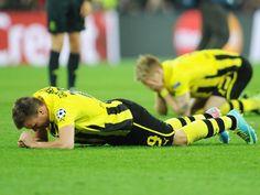Mit Abpfiff sinken die Dortmunder Kevin Großkreutz (v) und Marco Reus völlig enttäuscht zu Boden. Der Traum vom Champions-League-Sieg ist nach dem 1:2 gegen die Bayern geplatzt. (Foto: Peter Powell/dpa)