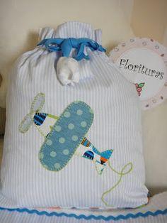 Parte de atrás de la bolsita de aviones...me encanta My Sewing Room, Sewing Toys, Baby Sewing, Kids Purse, Baby Applique, Patchwork Baby, Cross Stitch Baby, Embroidered Bag, Embroidery Fonts