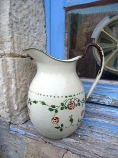 Antique french enamel pitcher art deco floral by Petitbrocante Vintage Enamelware, Vintage Tins, Vintage Shabby Chic, Vintage Kitchen, French Vintage, Enamel Cookware, Décor Antique, Deco Floral, Pyrex