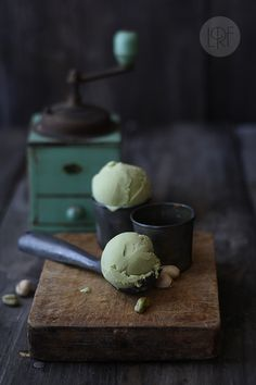 Helado de pistacho {Pistachio icecream} Prep time: 15 min (plus freezing)… Frozen Desserts, Frozen Treats, Just Desserts, Delicious Desserts, Dessert Recipes, Yummy Food, Pistachio Ice Cream, Pistachio Gelato, Fudge