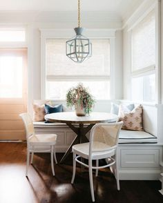 Kitchen Nook Bench, Kitchen Seating, Kitchen With Nook, Eat In Kitchen, Corner Dining Nook, Small House Kitchen Ideas, Kitchen Booths, Kitchen Tables, Kitchen Dining