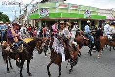 A lado y lado de las principales vías de la ciudad, los tulueños pudieron apreciar la belleza de los más de 3.000 equinos que participaron en la cabalgata de apertura de la 58 versión de la Feria de Tulua.