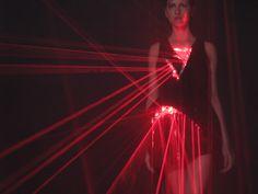 A linha Tecno Fashion de Hussein Chalayan Hussein Chalayan, Smart Textiles, E Textiles, Electric Run, Metropolis Magazine, Led Dress, Light Dress, Young Designers, Tecno