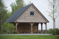 Landelijke houten schuur met carport