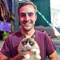 Dos grandes memes de internet juntos. El chico ridiculamente fotogénico y grumpy cat.