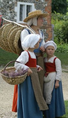 - CENTURY ENGLISH - The Tudor Group - Craft Gallery Absolutely gorgeous family group- mother (a peddlar) and two girls. Costume Renaissance, Medieval Costume, Renaissance Fashion, Renaissance Clothing, Folk Costume, Tudor Costumes, Period Costumes, Medieval Dress, Historical Costume