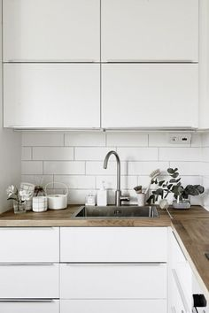 white kitchen with wood worktop Source by cynthiafranck Kitchen Tiles, Kitchen Countertops, Kitchen Wood, Kitchen White, Kitchen Modern, Japanese Kitchen, Kitchen Island, Wooden Countertops, Floors Kitchen