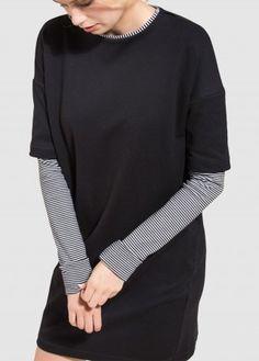 Ein lockeres aber schickes Kleid mit schwarz-weißen Ringelärmeln für ein elegantes Outfit mit Attitude: 100% Vegan für verantwortungsbewusste Ladies!