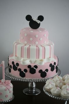 Cute Minnie Mouse birthday cake. Perfect for first birthday.