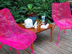 Painting rusty metal chairs in hot pink ! Painting Patio Furniture, Metal Patio Furniture, Painted Furniture, Diy Furniture, Furniture Refinishing, Lacquer Furniture, Furniture Websites, Painting Wicker, Modern Furniture