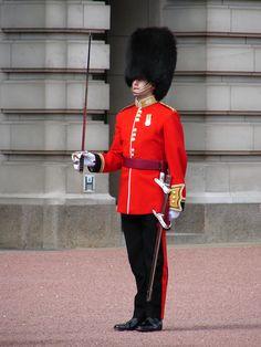 Information for London tourists that wish to view the Changing of the Guard ceremony at Buckingham Palace (also referred to as 'Changing The Guard'). This website provides information on all notable London attractions. British Army Uniform, Men In Uniform, Queens Guard, Die Queen, London Attractions, London Landmarks, British Things, Royal Guard, England And Scotland
