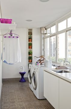 Organize e decore a lavanderia! White Laundry Rooms, Laundry In Bathroom, Smelly Laundry, Grey Roller Blinds, Casa Clean, Small Room Decor, Interior Decorating, Interior Design, Room Interior