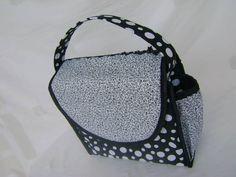 Lunch bag ou lancheira térmica confeccionada em tecido 100% algodão e por dentro forrada com manta térmica.