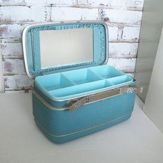 Vintage Samsonite Train Case-I had one exactly like this one. Vintage Love, Vintage Metal, Vintage Beauty, Vintage Items, Vintage Suitcases, Vintage Luggage, Sweet Memories, Childhood Memories, Bathing Costumes