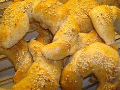 Et hjemmebagt alternativ til bagerens horn. De her morgenhorn er lavet med fuldkornsmel, men smager dejligt med ost og smør. Find opskriften her.