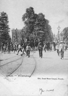Utrecht op zondag | Poststempel 1905 | Militair vertoon op de Willemsbrug. Gezien vanaf de Mariaplaats