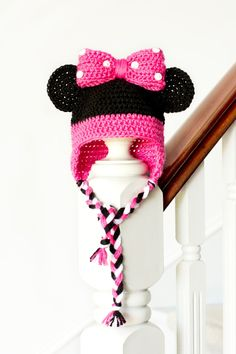 Minnie Mouse Inspired Baby Hat Crochet Pattern via Hopeful Honey . Found a Minnie Mouse themed old box. Crochet Baby Hat Patterns, Crochet Motifs, Crochet Baby Hats, Crochet Beanie, Cute Crochet, Crochet For Kids, Crochet Crafts, Crochet Projects, Knitting Patterns