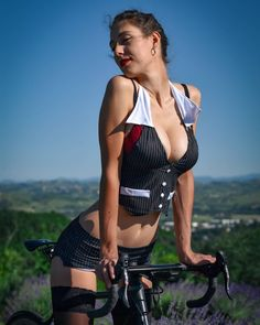 Womens Workout Outfits, Sport Outfits, Chicks On Bikes, Cycling Girls, Cycle Chic, Bicycle Girl, Bike Style, Sporty Girls, Beauty Full Girl