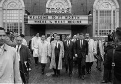 1963. 22 Novembre. leaving Hotel Texas. Jfk