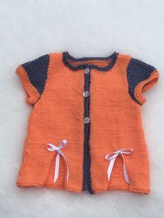 katy un joli petit gilet moderne pour vos bébés agrémenté de  jolis nœuds, plusieurs tailles vous sont offertes