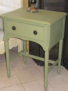 Vintage Sewing Table finished in Classic Mossy Green Sewing Machine Tables, Sewing Machines, Vintage Sewing Table, Suite Life, Chalk Paint, Wood Projects, Painted Furniture, Cabinets, Diy Crafts