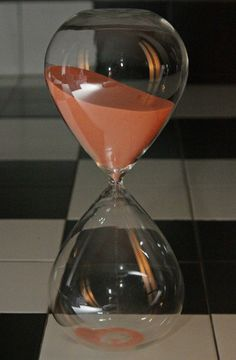 NEW RARE GIANT HUGE PALE ORANGE SAND HOURGLASS CLEAR SMOOTH GLASS TIMER. 2 hours