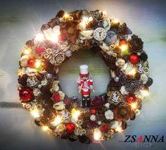 beépített micro LED-el Ornament Wreath, Ornaments, Led, Christmas Wreaths, Holiday Decor, Home Decor, Decoration Home, Room Decor, Christmas Decorations