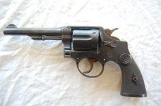 LE REVOLVER 92 ESPAGNOL DU SOLDAT DE LA GRANDE GUERRE. Les armuriers espagnols fabriqueront une copie du revolver Smith et Wesson ( calibre 38) qui sera donc chambré pour la munition française ( 8m/m 1892)