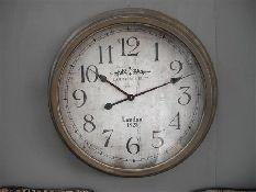 Stijlvolle grote ronde metalen klok 'London' is verkrijgbaar bij: http://www.gewoonknus.nl/c-Wandklokken-74/