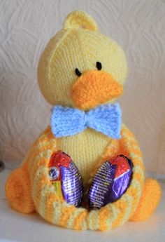 Crochet Toy Patterns Free Knitting Pattern for Ducky Egg Holder - Duck toy cradles chocolate or real eggs in its wings. Beginner Knitting Patterns, Knitting For Beginners, Free Knitting, Knitting Projects, Knitting Needles, Yarn Projects, Knitting Ideas, Knitting Yarn, Easter Toys