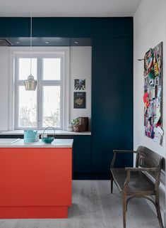 soveværelse til køkkenalrum Dark teal kitchen wallsDark teal kitchen walls Vintage Kitchen Decor, Home Decor Kitchen, Interior Design Kitchen, Kitchen Ideas, Kitchen Board, Decorating Kitchen, Interior Ideas, Teal Kitchen Walls, Kitchen Wall Colors