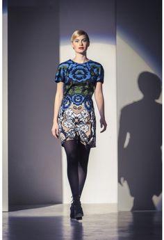 Succes-dress! Deze jurk is een eenvoudig gerend model dat in het oog springt door het dessin van de katoen.