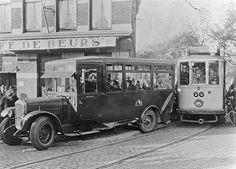 1925. Hoek Vleutenseweg / Catharijnesingel. De tram kon niet uitwijken en ramde de stadsbus!