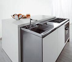"""Con un """"click"""", il monoblocco scorre e la cucina prende vita: si fanno spazio un'area snack ed una operativa perfettamente attrezzate."""
