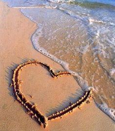 Dans le sable, un coeur.