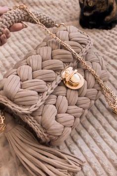 Diy Crochet Bag, Crochet Bag Tutorials, Crochet Stitches For Beginners, Unique Crochet, Crochet Projects, Fabric Handbags, Crochet Handbags, Crochet Designs, Crochet Patterns