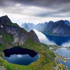 Reinebringen op de Lofoten eilanden. Een must visit tijdens een roadtrip door Noord-Noorwegen.