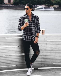To prove this, we conducted a survey and asked the designers to pinpoint the best urban men's street style outfit ideas 2019 for fashion lovers. Checked Shirt Outfit, Stylish Men, Men Casual, Casual Outfits, Fashion Outfits, Fashion Fashion, Men With Street Style, Herren Outfit, Mens Style Guide