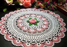 toalha de mesa de croche redonda com detalhes em rosa e verde