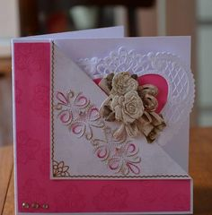 Carte dont le devant est replié laissant apparaitre un napperon de papier en forme de coeur