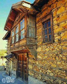 Tarihi Anadolu Evleri Akseki ANTALYA07 #eBs1903 #ahşapevler #taşevler #konak #köşk #architecture #restoranyon #vintage #history #travel #akdeniz #antalya #akseki #düğmelievler #türkiye Turkish Architecture, Art And Architecture, Orient House, Medieval Houses, Village Houses, Stone Houses, Facade House, Historic Homes, Antalya
