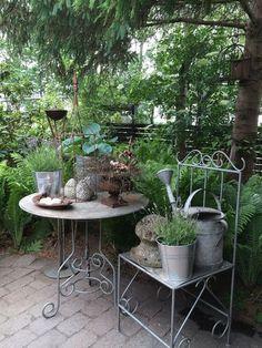 Fru Pedersens have - Jardin Vertical Fachada Small Courtyard Gardens, Farm Gardens, Outdoor Gardens, Shed Decor, Shabby Chic Garden, Beautiful Home Gardens, Garden Trellis, Garden Table, Garden Inspiration