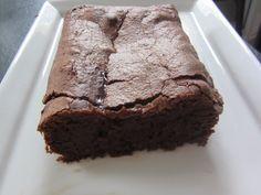 Dans la cuve munie du couteau à pétrir (ou dans un saladier) 100 g de chocolat fondu 100 g de beurre fondu (on peut faire fondre le chocolat et le beurre au micro onde ou au companion) 100 g de sucre 50 g de farine 2 oeufs Lancer le programme P3 Pastry...