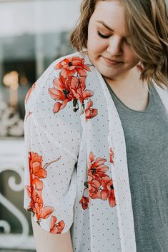 White and peach kimono. What to wear to work. Summer Kimono, Long Kimono, Floral Kimono, Floral Tie, Kimono Cardigan, Stylish Clothes, Pretty And Cute, Maternity Wear, Dress Me Up