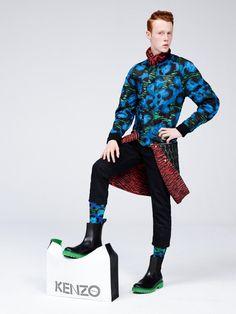"""A H&M divulgou o lookbook completode sua próxima colaboração fashion, com a Kenzo. A dupla criativa da grife, Carol Lim e Humberto Leon, assina a coleção, que será lançada em novembro deste ano. A estampa de tigre que é a marca registrada da grife japonesa, assim comoas cores e estampas vibrantes com pegada cool divertida caíram bem na versão fast fashion. Além da direção criativa da Kenzo, que assumiram em 2011, os estilistas também dirigem a Opening Ceromony, fundada em 2002. """"Com e..."""