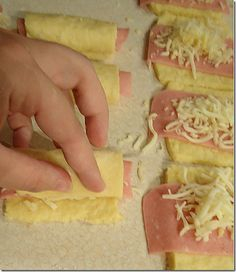Ζαμπονοκασεροπιτάκια σε 5 λεπτά syntagesapospiti.blogspot.gr Hot Dog Buns, Hot Dogs, Hawaiian Pizza, Bread, Desserts, Recipes, Food, Drink, Kitchens