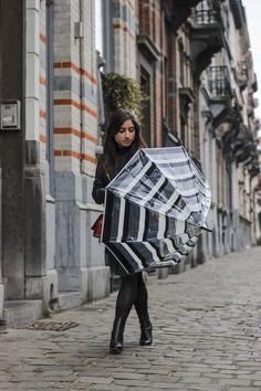 Parapluie cloche, parapluie dome, dome umbrella, birdcage umbrella, rainy outfit, tenue de pluie, le monde du parapluie Birdcage Umbrella, Chanel Boy Bag, Shoulder Bag, Outfit, Bags, Rainy Outfit, Black Stripes, Black White, Outfits
