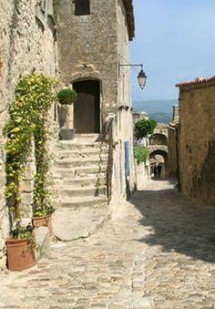 Village de Lacoste - Luberon - rue pavée